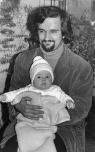 Ponosni otac sa prvencem, sinom Ivanom
